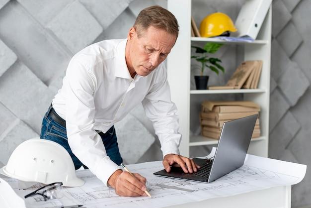 Architekt wykonujący nowy projekt