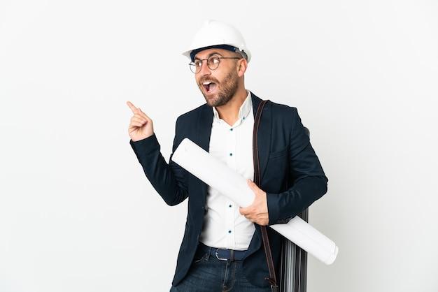 Architekt z hełmem i trzymający plany na białym tle, który zamierza zrealizować rozwiązanie, podnosząc palec w górę