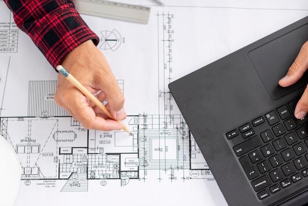Architekt z widokiem z góry pracujący nad swoim projektem