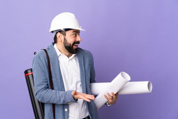 Architekta mężczyzna nad odosobnioną ścianą