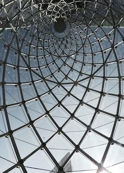 Architektoniczna struktura okna ze szkła w mieście