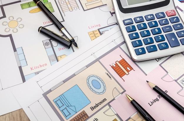 Architektoniczne dokumenty budowlane z piórem i kalkulatorem