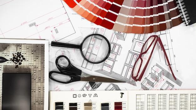 Architektoniczne wnętrze projektu z próbkami papieru i wielokolorową paletą i narzędziami do rysowania
