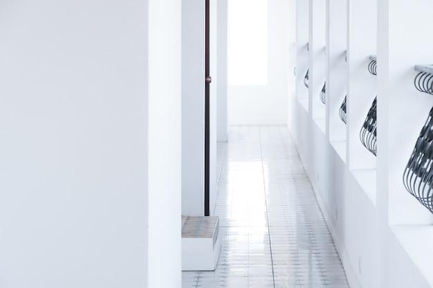 Architektoniczny korytarz, wnętrze klasycznego białego hotelu, budynki spacerowe w miejscu docelowym