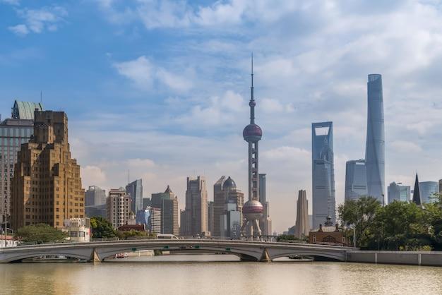 Architektoniczny krajobraz dzielnicy finansowej lujiazui w szanghaju