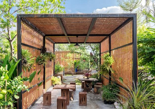 Architektura budynku drewniana zewnętrzna w zacienionym ogrodzie