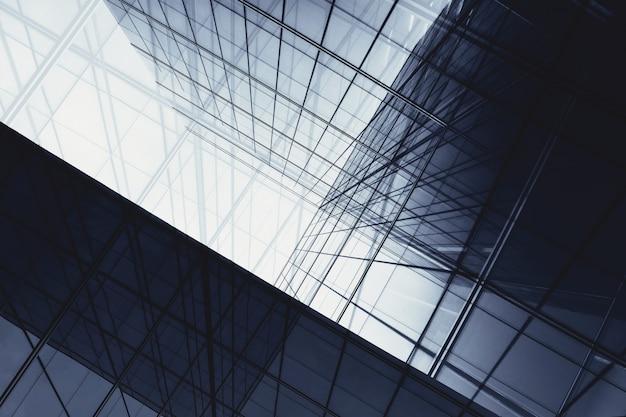 Architektura geometria przy szklanym okno - monochrom