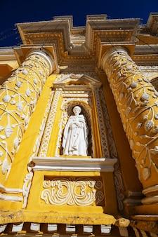 Architektura kolonialna w starożytnym mieście antigua guatemala, ameryka środkowa, gwatemala