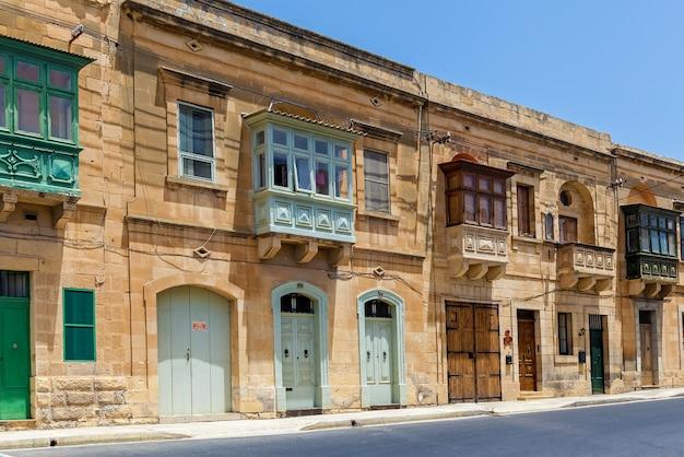 Architektura malty, fasada domu z kolorowymi drewnianymi oknami i balkonem na wyspie malta
