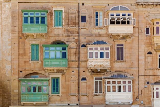 Architektura malty fasada domu z kolorowymi drewnianymi oknami i balkonem