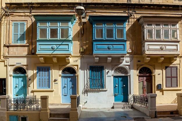 Architektura malty fasada domu z kolorowymi drewnianymi oknami