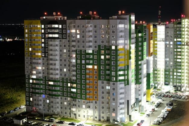 Architektura nocy. nowoczesne budynki w dzielnicy mieszkalnej