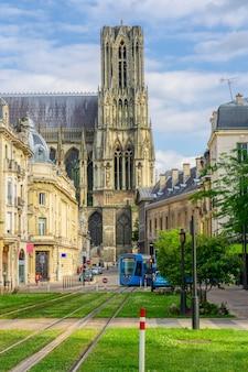 Architektura reims w regionie szampania-ardeny we francji.