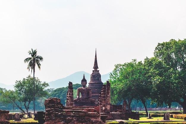 Architektura świątyń sukhothai. park historyczny sukhothai obejmuje ruiny sukhothai. najbardziej imponujące miejsce światowego dziedzictwa unesco. historyczne miejsce w tajlandii