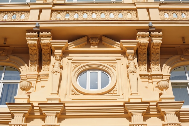 Architektura zabytkowego budynku z oknami i łukami