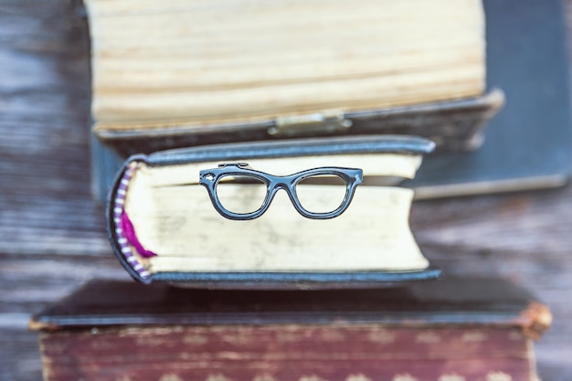 Archiwalne książki i okulary do zakładek