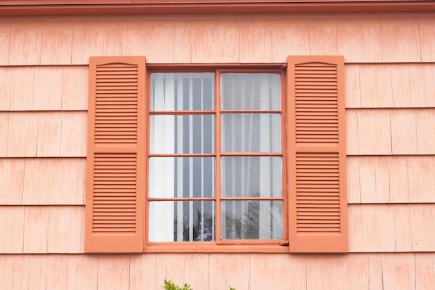 Archiwalne okno z pomarańczowym tonu ściany