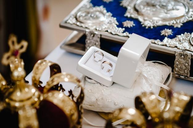 Archiwalne zdjęcie obrączek ślubnych na ceremonii w kościele.