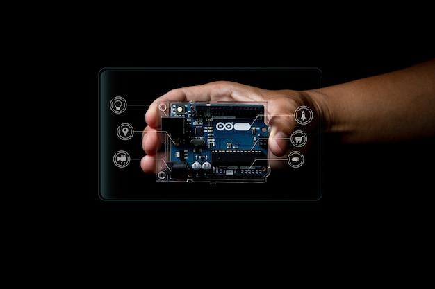 Arduino kontroluje zdjęcie szerokiego elementu ze szczegółami infografiki