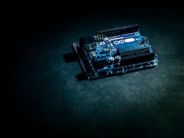 Arduino steruje szerokim elementem na ciemnym tle