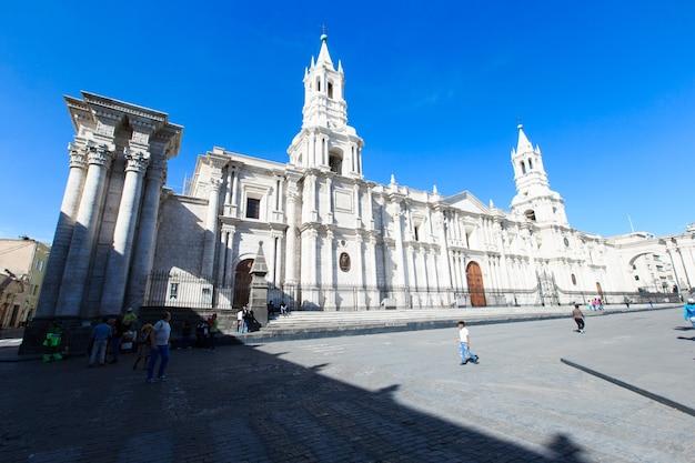 Arequipa peru 9 listopada: główny plac arequipa z kościołem 9 listopada 2015 r. w arequipa peru. plaza de armas w arequipie jest jednym z najpiękniejszych w peru.