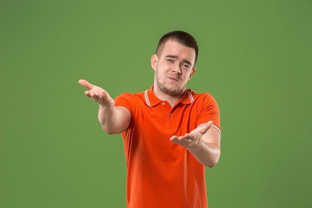 Argumentacja, argumentacja koncepcji. piękny męski portret w połowie długości na białym tle na zielonym studio