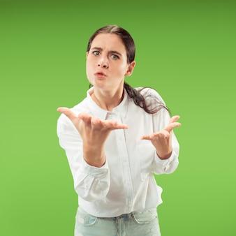 Argumentacja, argumentacja koncepcji. piękny portret kobiety w połowie długości na białym tle na zielonym tle studio.