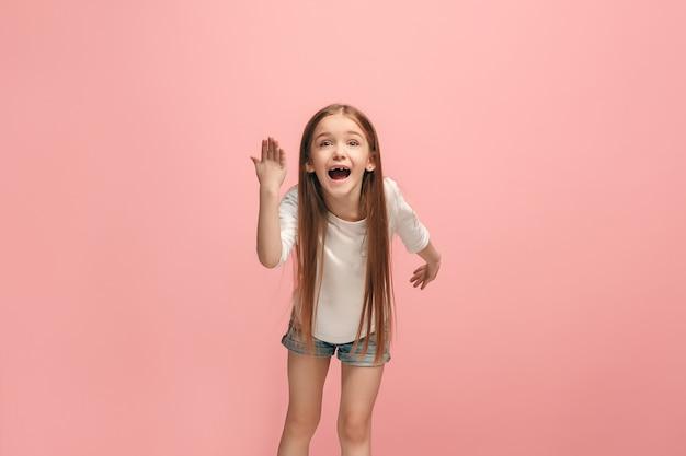 Argumentacja, argumentacja koncepcji. piękny portret kobiety w połowie długości na różowym tle. młoda emocjonalna dziewczyna nastolatka patrząc na kamery