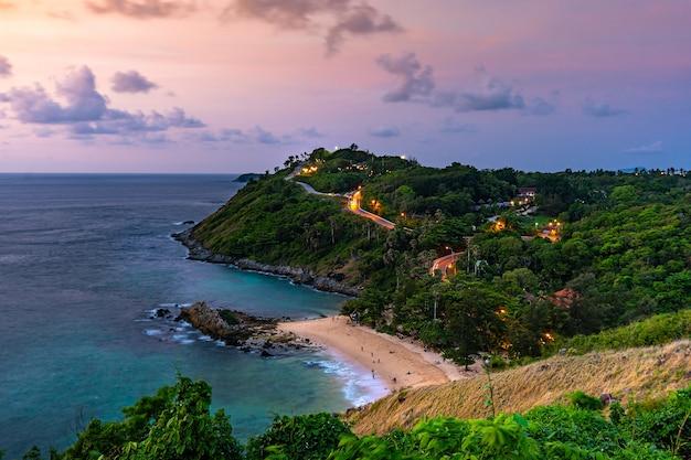 Arial przegląda seascape i wyspę z niebem w zmierzchu, lamphomthep, phuket tajlandia