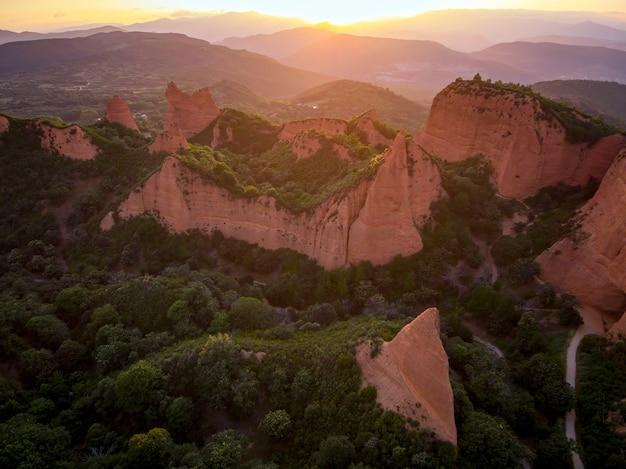 Arial widok na park przyrody las médulas, starożytne rzymskie kopalnie złota, león, hiszpania