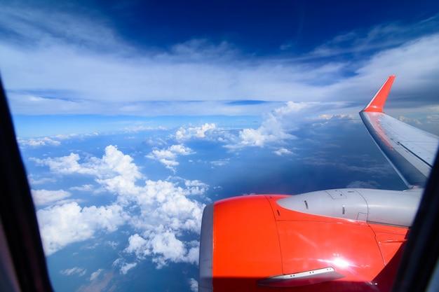 Arial widok z wewnętrznej kabiny samolotu.