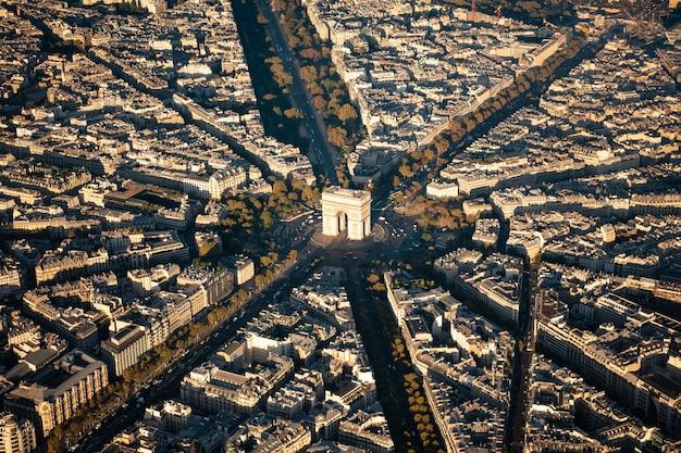 Ariel widok na łuk triumfalny w paryżu
