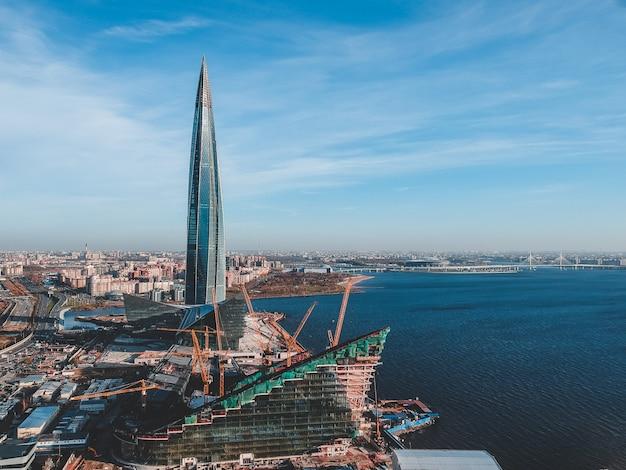 Ariel widok na panoramę miasta z lotu ptaka.