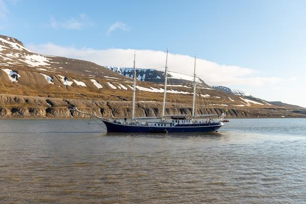 Arktyczny krajobraz na svalbardzie z trzema masztami żaglowca