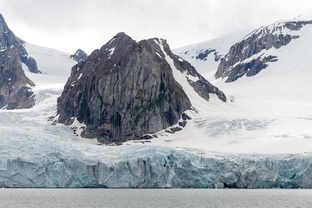 Arktyczny krajobraz w svalbard z lodowcem