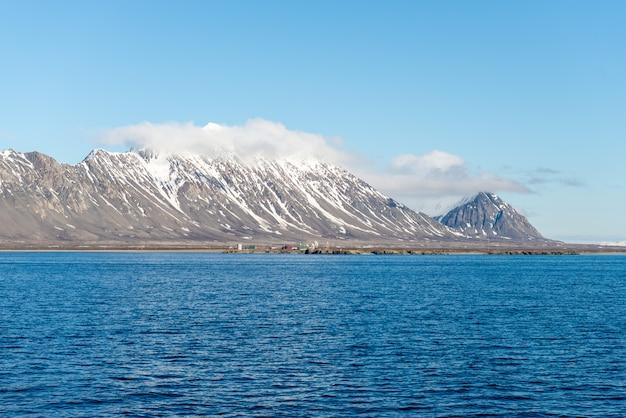 Arktyczny krajobraz z górą i chmurami w svalbard w lecie