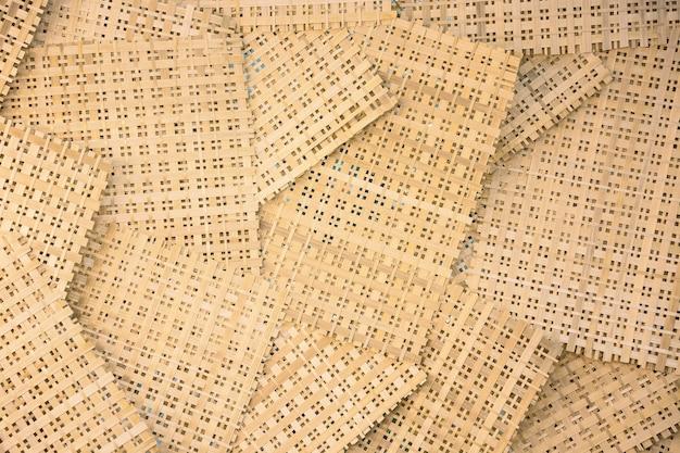 Arkusz bambusa na tle. prosty minimalny wzór