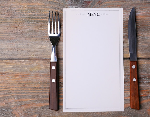 Arkusz menu papieru na tle rustykalnym powierzchni drewnianych