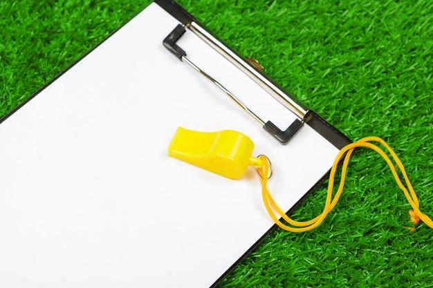 Arkusz papieru w schowku na trawie