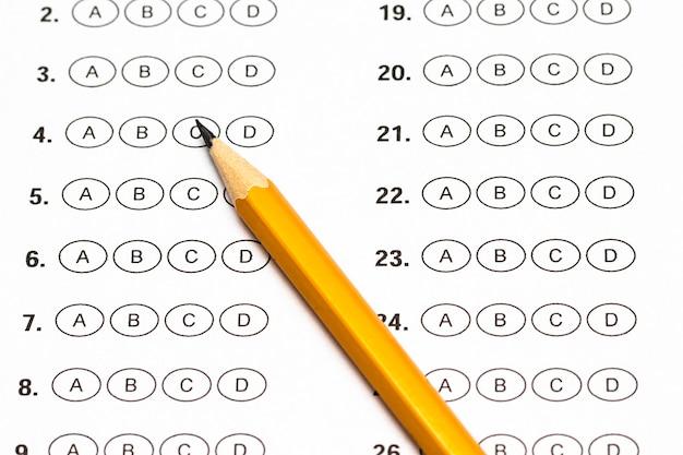 Arkusz wyników testu z odpowiedziami i ołówkiem.