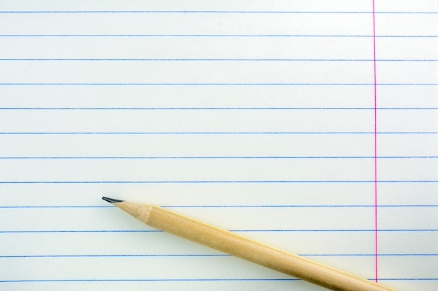 Arkusz zeszytu szkolnego w zakresie. ołówek jest na kartce.