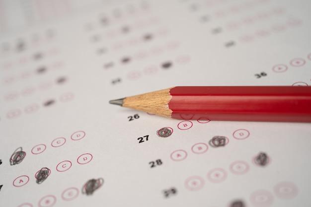 Arkusze odpowiedzi z wypełnieniem ołówkiem, aby wybrać wybór, koncepcja edukacji