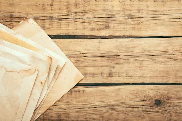 Arkusze starego rocznika papieru na drewnianym stole. skopiuj miejsce. wysokiej jakości zdjęcie