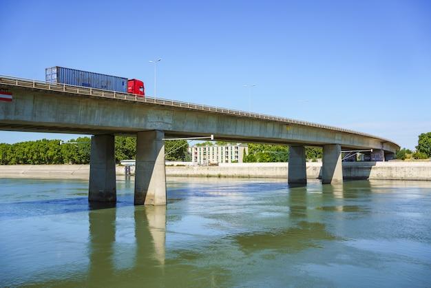 Arles france ciężarówka towarowa przejeżdża przez nowoczesny betonowy most nad rodanem