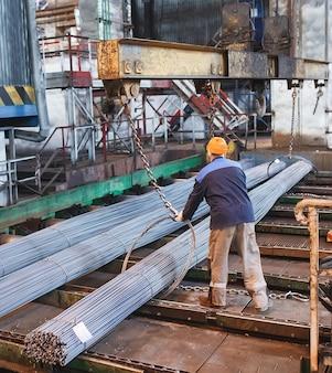 Armatura budowlana znajduje się w magazynie wyrobów hutniczych. element konstrukcji konstrukcyjnej.
