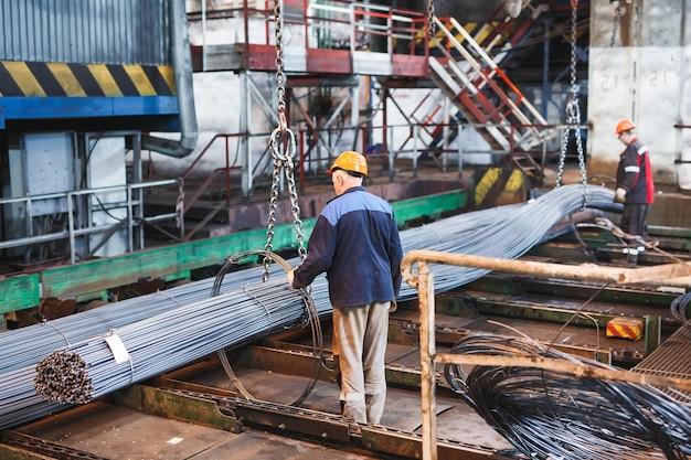 Armatura budowlana znajduje się w magazynie wyrobów hutniczych. element konstrukcji.