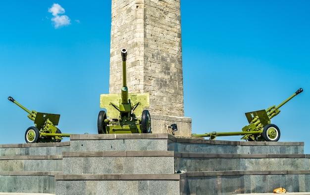 Armaty przy obelisku chwały na górze mithridat w kerczu na krymie