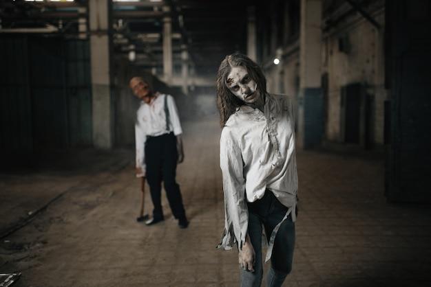 Armia zombie szukająca świeżego mięsa, nieumarli ludzie w opuszczonej fabryce, przerażające miejsce. horror w mieście, przerażający atak pełzaczy, apokalipsa końca świata, krwawe złe potwory