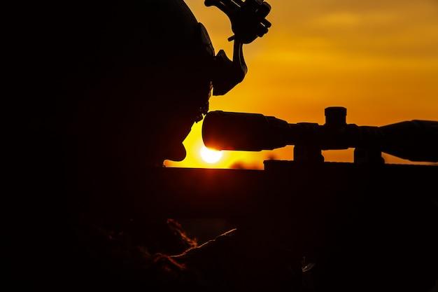 Armii snajper na zachodzie słońca