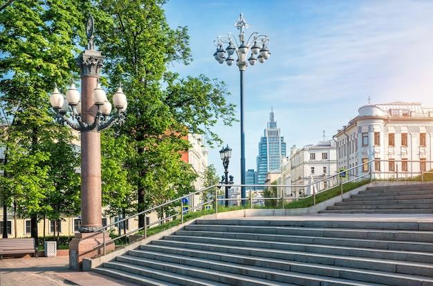 Armoury business centre w moskwie. widok ze schodów teatru muzycznego na placu puszkina.